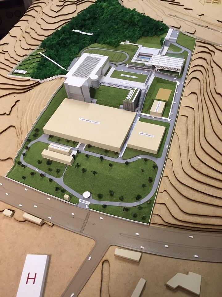 Maquete do futuro Instituto das Cidades, que funcionará no Campus Zona Leste. A maquete possui uma grande área verde e mais prédios, previstos para o campus.